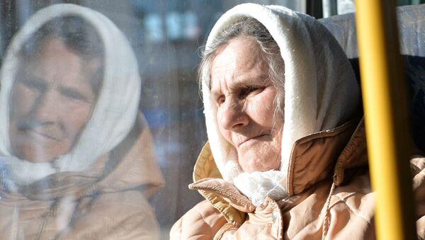 Пожилая женщина в автобусе. Архивное фото