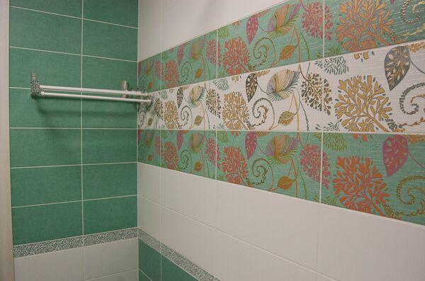 Декоративный плиточный фартук в ванной