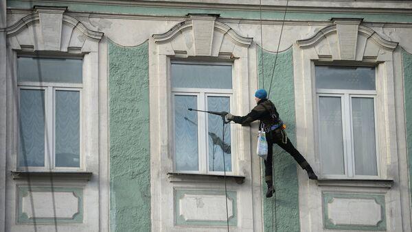 Промышленный альпинист за работой. Архивное фото
