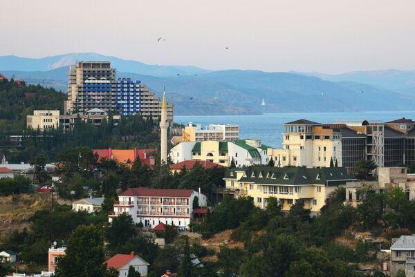 Вид на приморский город Алушту в Крыму