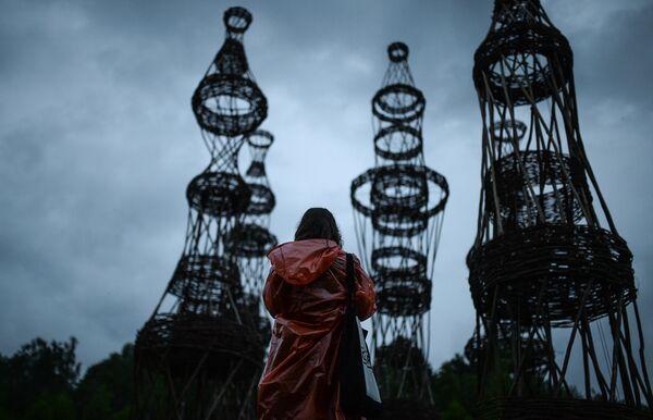 Посетитель у объекта Клетка работы художника Наиля Гареева на международном фестивале ландшафтных объектов в Никола-Ленивце Калужской области