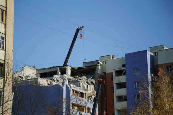 Разбор завалов на месте взрыва бытового газа в жилом доме в Рязани