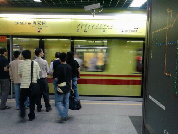 Прибытие поезда в метро Гуанчжоу, Китай