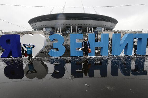 Болельщики у нового стадиона Санкт-Петербург Арена