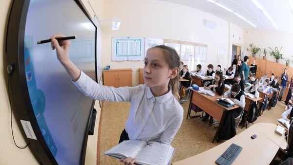 Электронный урок в московской школе. Архивное фото