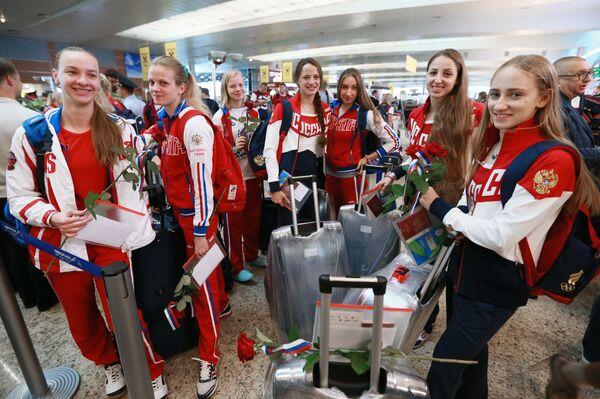 Сборная России по синхронному плаванию во время проводов олимпийской сборной России в Рио-де-Жанейро в аэропорту Шереметьево