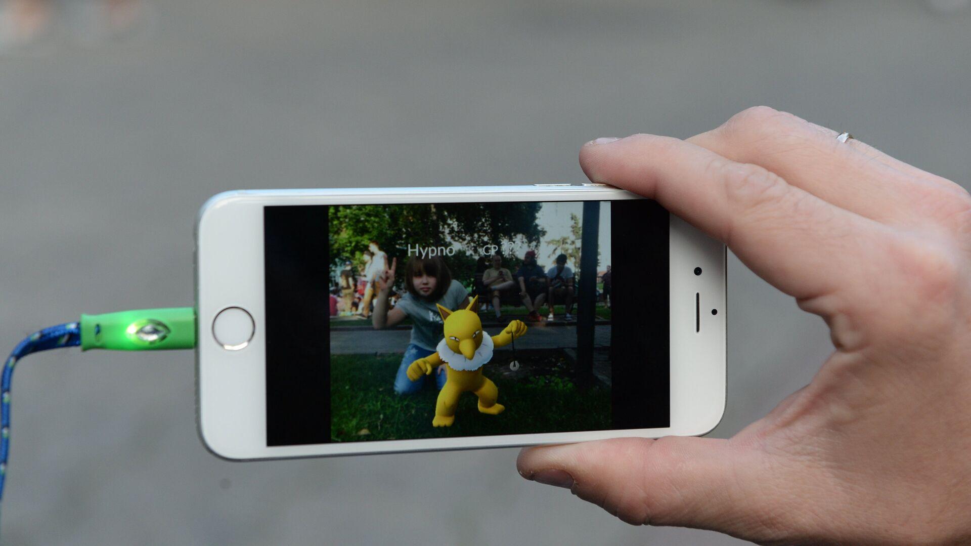 Игровое приложение Pokemon Go от компании Nintendo на экране мобильного телефона - РИА Новости, 1920, 09.11.2020