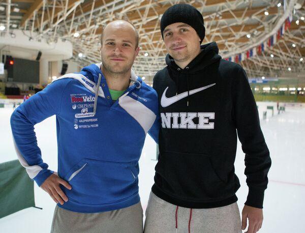 Велогонщик Денис Дмитриев (слева) и конькобежец Денис Юсков