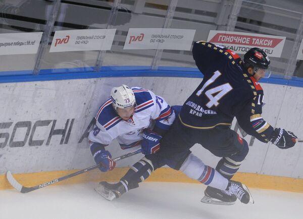 Защитник ХК СКА Максим Чудинов (слева) и нападающий ХК Сочи Александр Дельнов