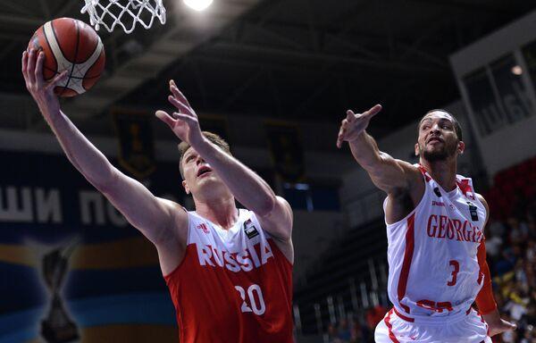 Форвард сборной России Андрей Воронцевич (слева) и защитник сборной Грузии Майкл Диксон
