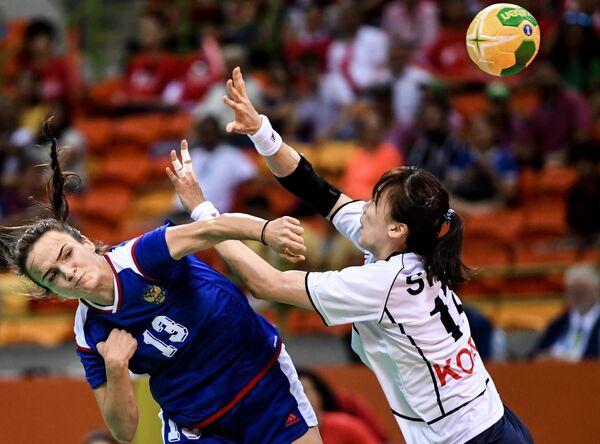 Игрок сборной России Анна Вяхирева (слева)