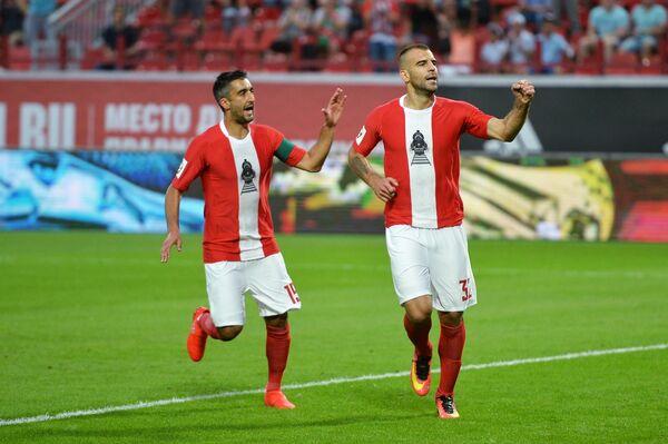 Игроки ФК Локомотив Александр Самедов (слева) и Петар Шкулетич