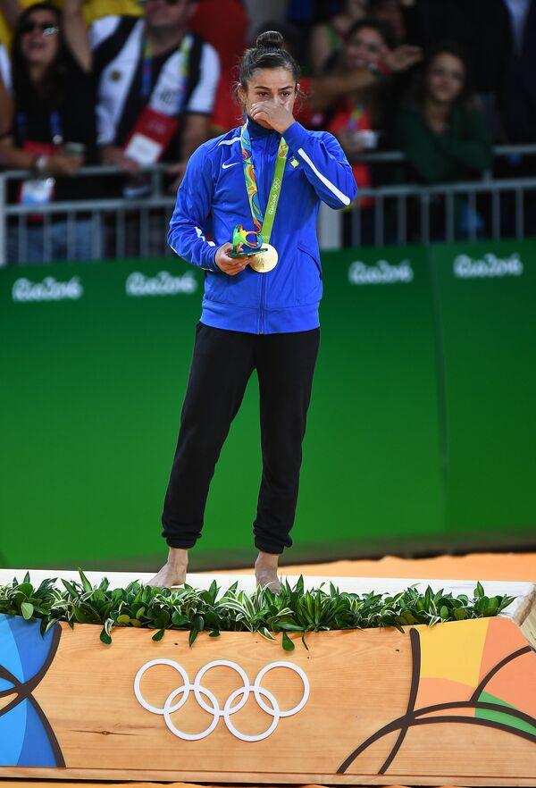 Майлинда Кельменди (Косово), завоевавшая золотую медаль в женских соревнованиях по дзюдо в весовой категории до 52 кг