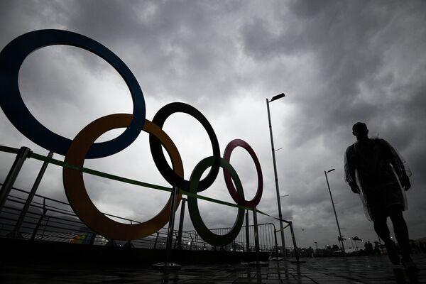Олимпийские кольца в Олимпийском парке в Рио-де-Жанейро