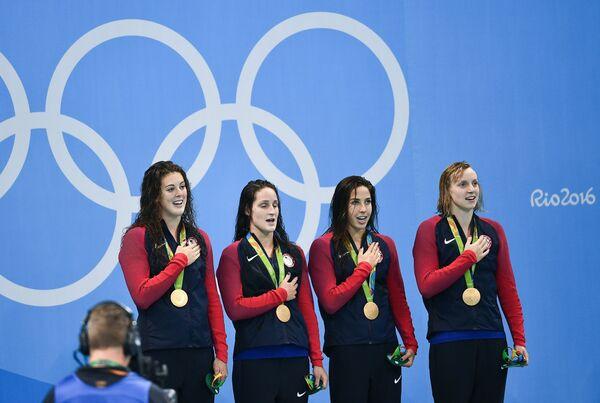 Пловчихи сборной США Элисон Шмитт, Лиа Смит, Мэдлин Дирадо и Кэти Ледеки (слева направо)