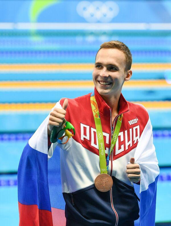 Антон Чупков (Россия), завоевавший бронзовую медаль в плавании на 200 м брассом среди мужчин, на церемонии награждения XXXI летних Олимпийских игр