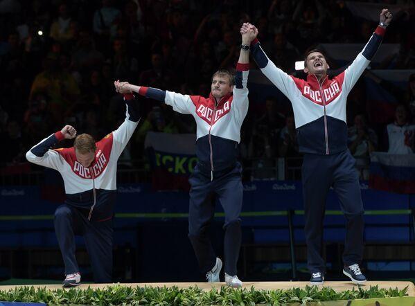 Российские рапиристы Артур Ахматхузин, Алексей Черемисинов и Тимур Сафин (слева направо), ставшие олимпийскими чемпионами на ОИ-2016