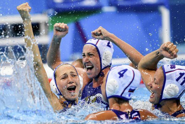 Ватерполистки сборной России радуются победе