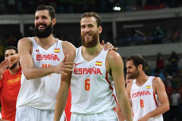 Баскетболисты сборной Испании Никола Миротич (слева) и Серхио Родригес