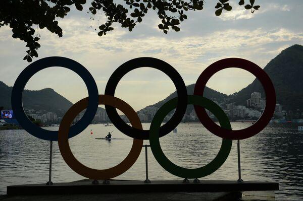 Олимпийские кольца на озере Лагоа в Рио-де-Жанейро