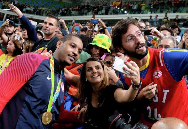 Форвард сборной США Кармело Энтони (слева на первом плане)
