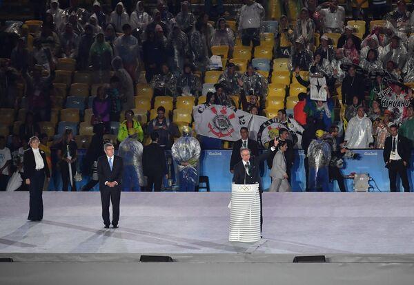 Карлос Нузман (справа) и Томас Бах во время церемонии закрытия XXXI летних Олимпийских игр в Рио-де-Жанейро