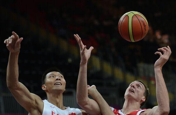 Игрок сборной Китая И Цзяньлянь и игрок сборной России Александр Каун (слева направо)
