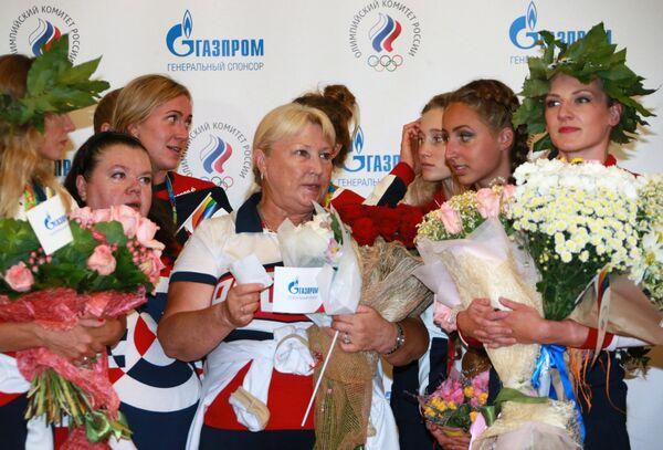 Татьяна Покровская (в центре)