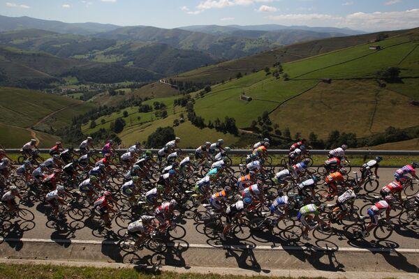 Гонщики на трассе многодневной велогонки Вуэльта