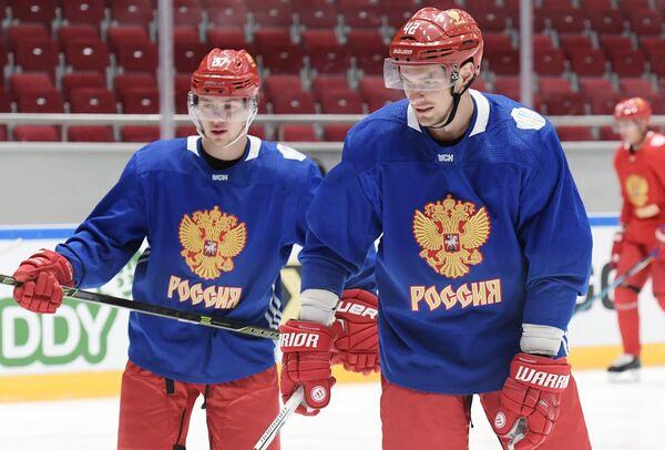 Хоккеисты сборной России ртемий Панарин (слева) и Артем Анисимов