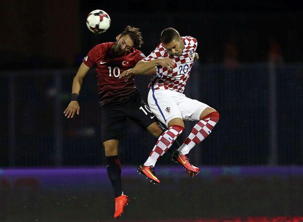 Игровой момент матча европейского отборочного турнира чемпионата мира 2018 года между сборными Хорватии и Турции