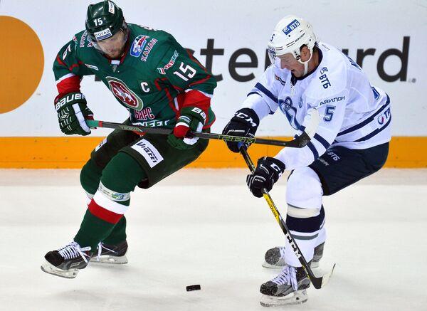 Нападающий Ак Барса Александр Свитов (слева) и защитник Динамо Илья Никулин