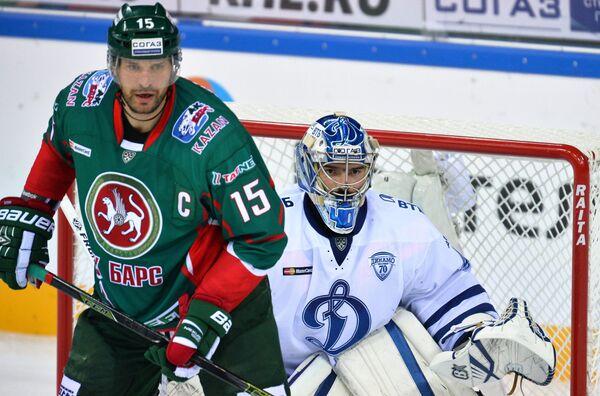 Нападающий Ак Барса Александр Свитов (слева) и вратарь Динамо Александр Лазушин
