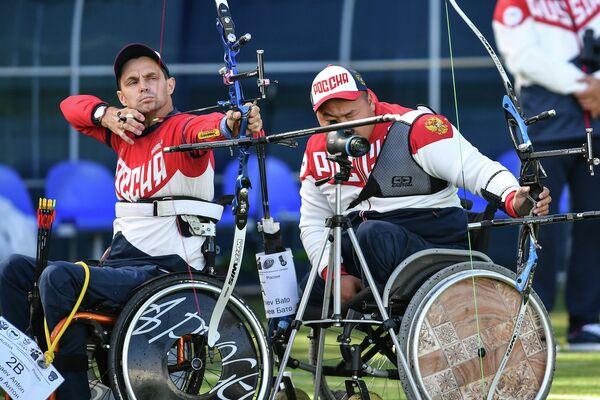 Антон Зяпаев (слева)