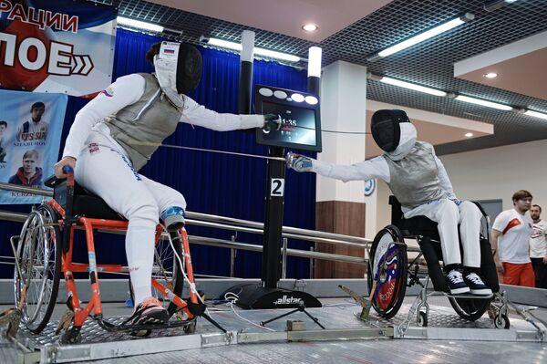Спортсмены во время поединка по фехтованию на Всероссийских паралимпийских соревнованиях в олимпийском центре Озеро Круглое