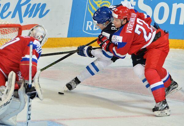 Защитник Витязя Егор Воронков (справа)