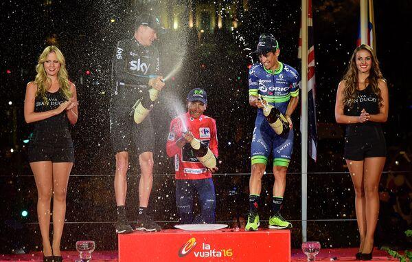 Колумбиец Наиро Кинтана (в центре) из Movistar, британец Крис Фрум (Sky) (слева) и колумбиец Эстебан Чавес из ORICA-BikeExchange