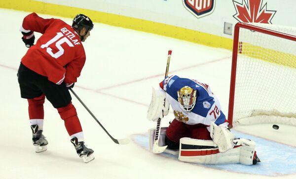 Вратарь сборной России Сергей Бобровский (справа) и форвард сборной Канады Райан Гецлаф
