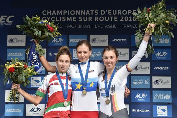 Российская велогонщица Анастасия Яковенко (в центре) после победы в индивидуальной гонке с раздельным стартом на чемпионате Европы по велоспорту на шоссе в возрастной категории до 23 лет
