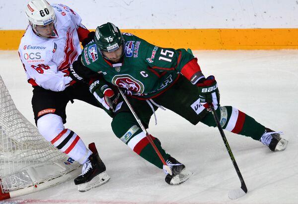 Игрок Авангарда Никита Лисов (слева) и игрок Ак Барса Александр Свитов