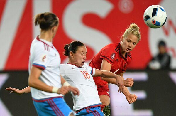 Игрок сборной Германии Леони Майер (справа) и игрок сборной России Эльвира Зиястинова (в центре)