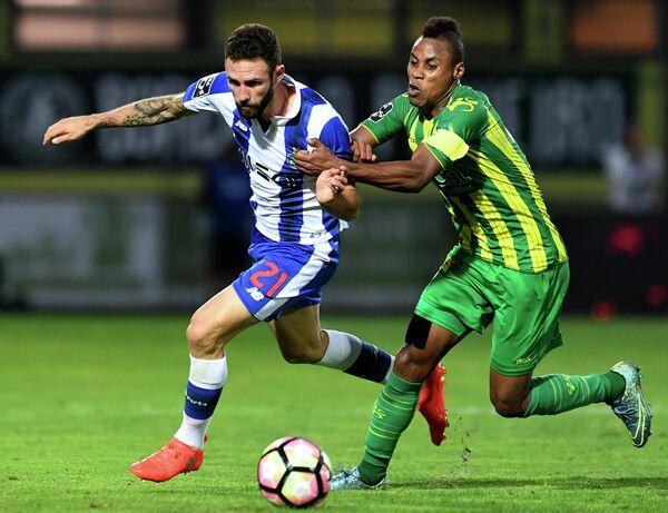 Игровой момент матча Порту - Тондела