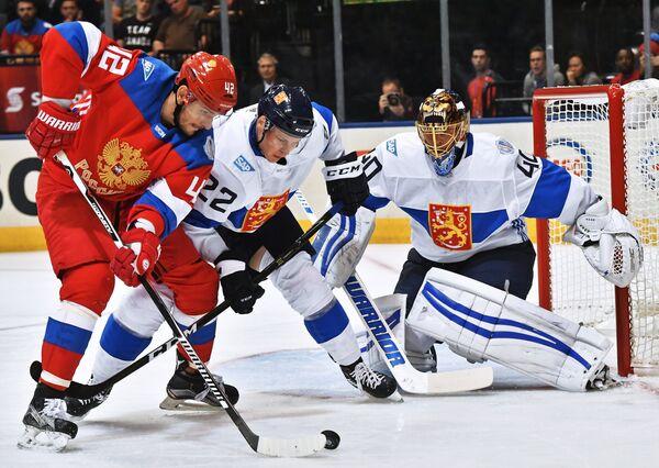 Нападающий сборной России Артём Анисимов, защитник сборной Финляндии Вилле Покка, вратарь сборной Финляндии Туукка Раск (слева направо)
