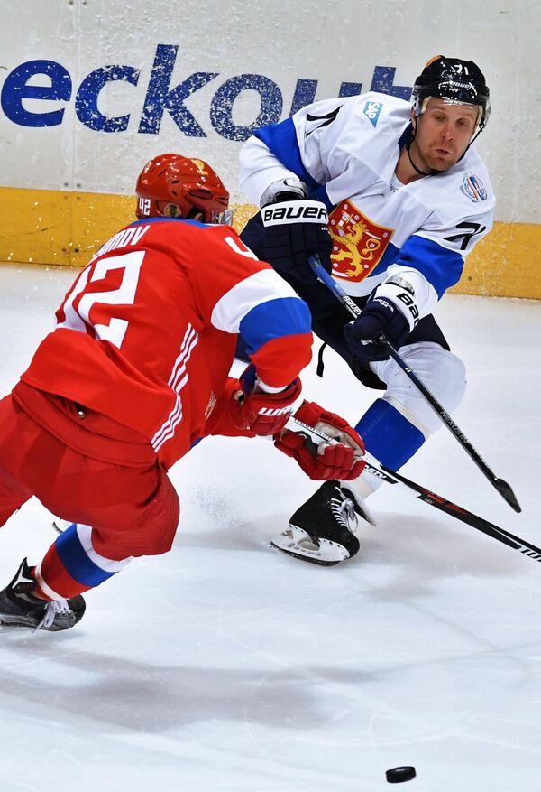 Игрок сборной России Артём Анисимов и игрок сборной Финляндии Леонид Комаров (справа)
