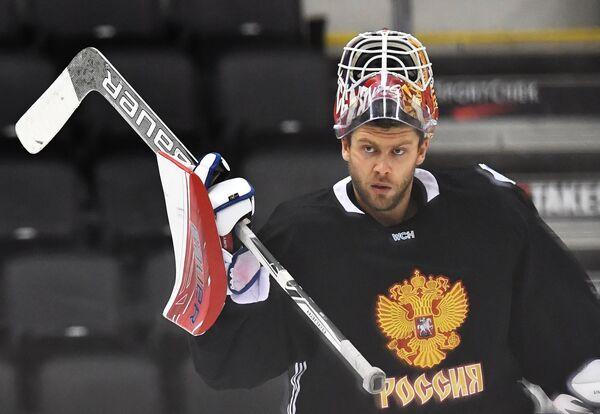 Вратарь сборной России Семён Варламов на тренировке