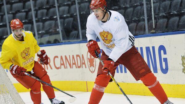 Хоккеисты сборной России Евгений Малкин (справа) и Никита Кучеров на тренировке
