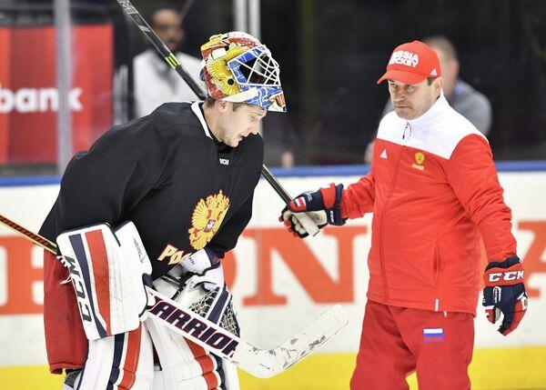 Вратарь сборной России Сергей Бобровский (слева) и Рашит Давыдов на тренировке
