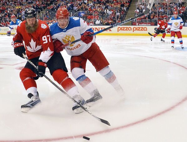 Нападающий сборной Канады Джо Торнтон (слева) и защитник сборной России Дмитрий Куликов