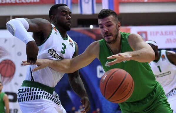 Центровой БК Уникс Марко Банич (справа) и защитник БК Панатинаикос Кей Си Риверс