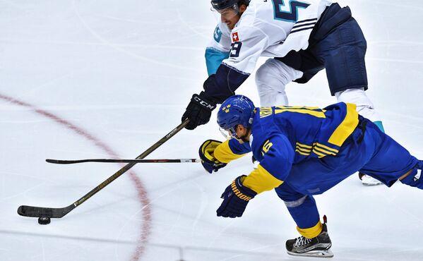 Форвард сборной Швеции Маркус Крюгер и защитник сборной Европы Роман Йози (вверху)